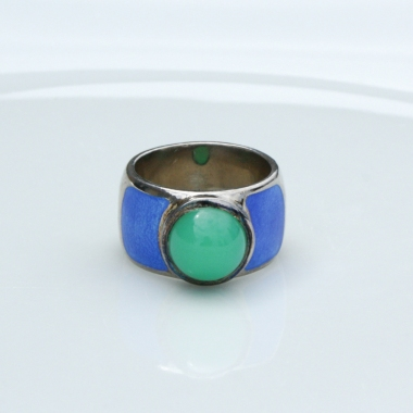 Dekorativer, sehr breiter Damenring aus schwerem Silber 925/- fein, mit leuchtend grünem Chrysopras-Cabochon als Mittelstein und großflächiger Emaillierung in Ozeanblau. 267,40 € Ringschiene 13,5 mm breit.