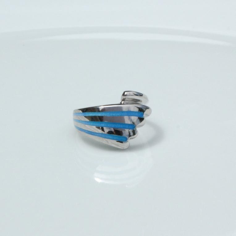 An die Wellen des Meeres erinnert die blaue Emaillierung des zauberhaften Damenringes aus Silber 925/- fein.