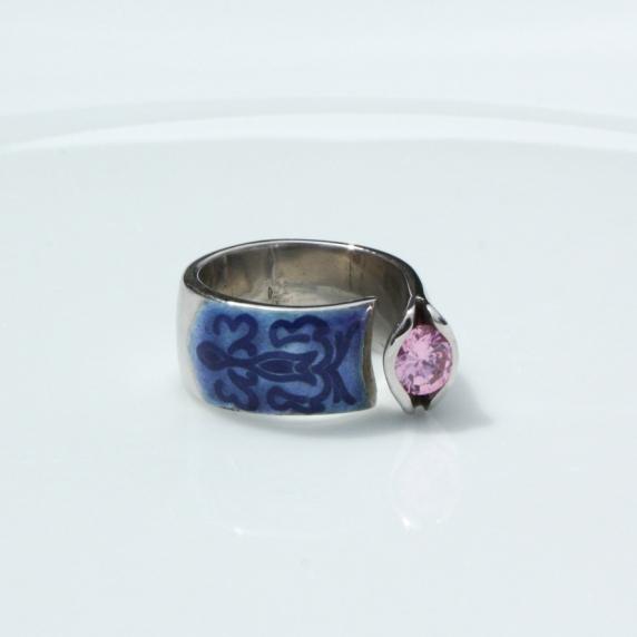 Der zartrosa Zirkonia und die originelle blaue Emaillierung ziehen bei diesem wundervollen Damenring aus Silber 925/- fein alle Blicke auf sich.